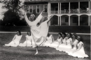 Martha Graham demonstrates for her students at the Bennington Festival in the 1930s